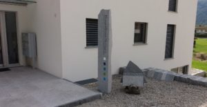 Firmenschild in Form einer Granitstele.
