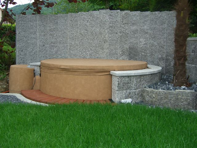 Sichtschutz aus Granit Palisaden für den Garten.