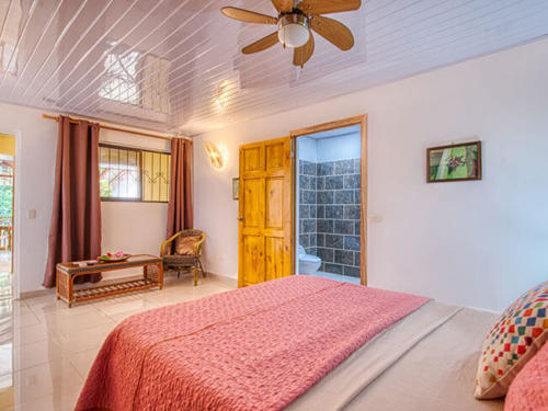 Zimmer-bed-table-toilet-bed-cabinas-yucca-puerto-viejo-costa-rica-wheelchair-ocean-view-room