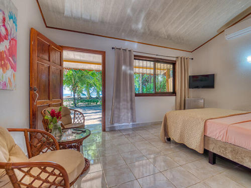 Zimmer-bedroom-Double-Comfort-Beachfront-A_C-TV-Terrace4