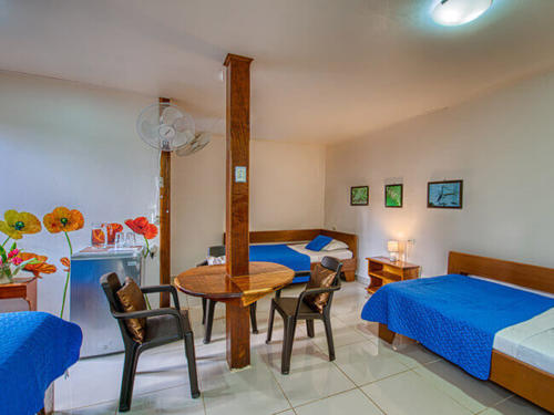 Zimmer-beds-chairs-fridge-Triple-Standart-Fan-cabinas-yucca-pueto-viejo-hotel-3-persons