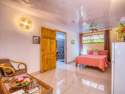 Zimmer-livingroom-fridge-bed-cabinas-yucca-puerto-viejo-costa-rica-wheelchair-ocean-view-room