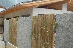 Stelen/Palisaden aus Tessinergneis hell, Breite 30 cm, Höhe 220 cm, Kante oben gebrochen
